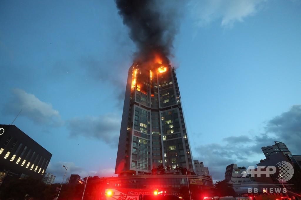 韓国の高層ビルで大規模火災、88人を病院に搬送