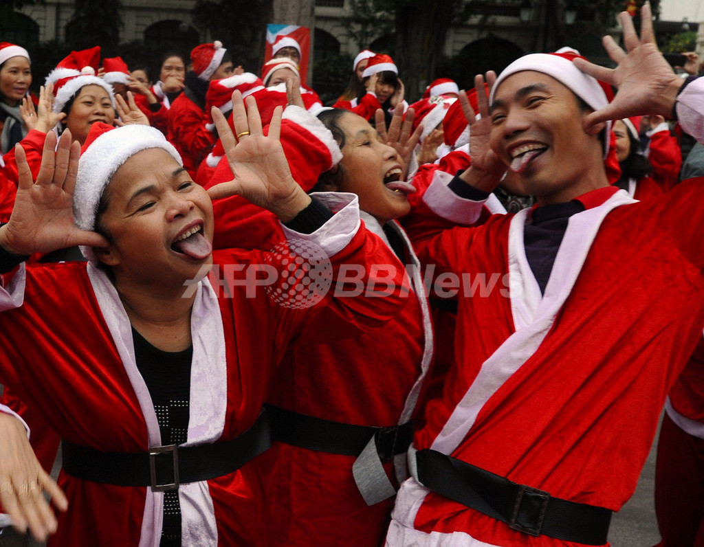 サンタ姿で笑いヨガ、ベトナム