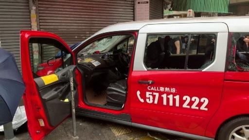 動画:タクシー突っ込みデモ参加者が負傷、運転手は袋だたきに 香港