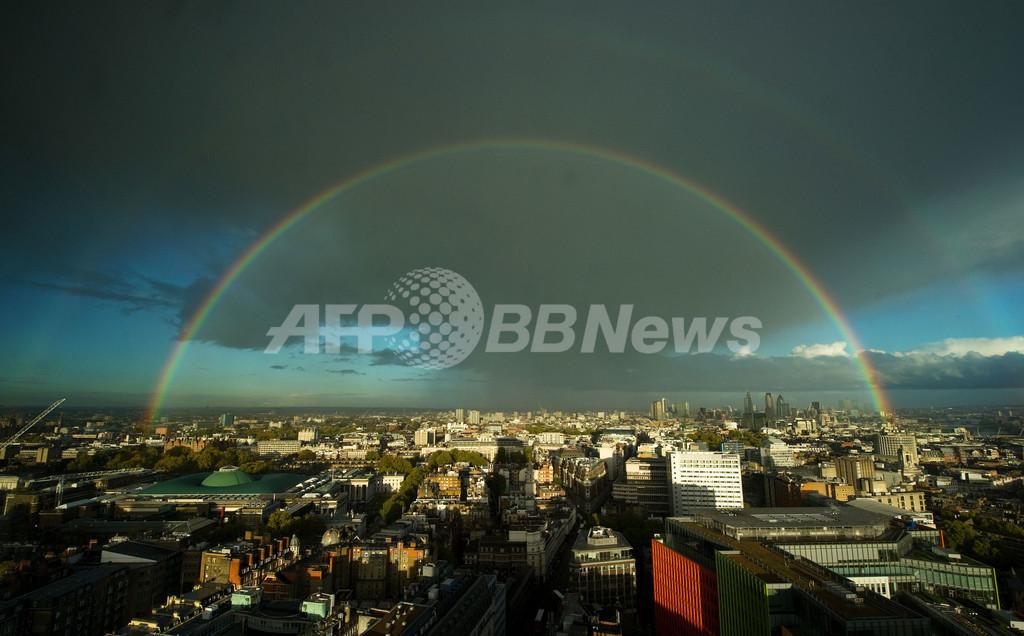 ロンドンの空に2つの虹、英国