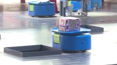 動画:無人倉庫の「小さな青いロボット」