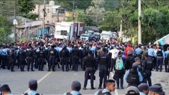 動画:移民「キャラバン」新たに集団作り出発、隣国グアテマラとの国境越える