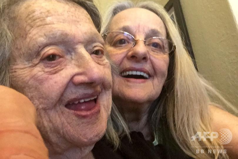 未婚で出産、88歳米女性が死産と聞かされていた娘と69年越しの初対面