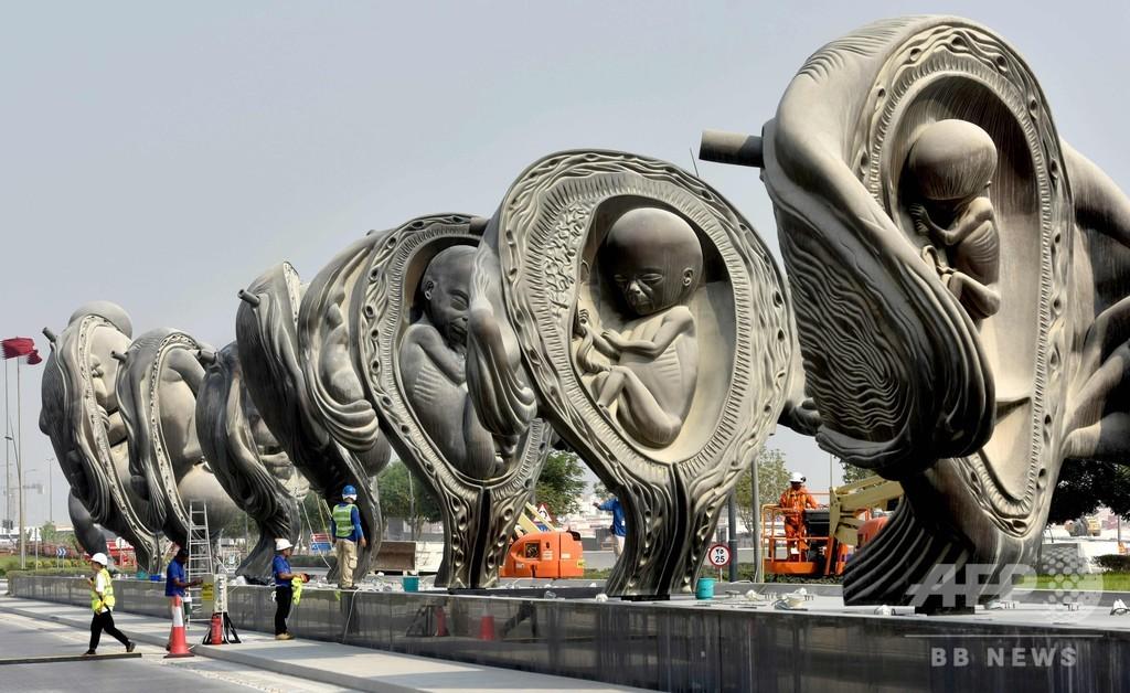 「受胎から誕生まで」、D・ハーストの巨大像14基披露 カタール病院