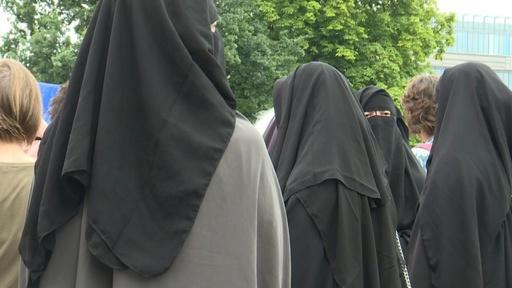 動画:「ニカブ」を着けた女性らが集結、公共施設での着用禁止に抗議 オランダ