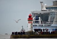 世界最大の客船、初の試験航行 フランス