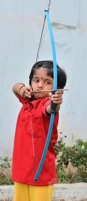 アーチェリー天才女児、わずか2歳で全国記録更新 インド