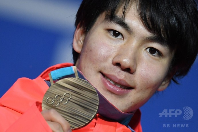 銅メダルを授与された原大智、男子モーグル