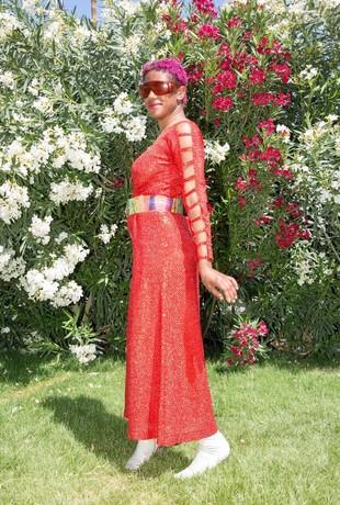花のターバンに空き缶ドレス、コーチェラ来場者ファッション