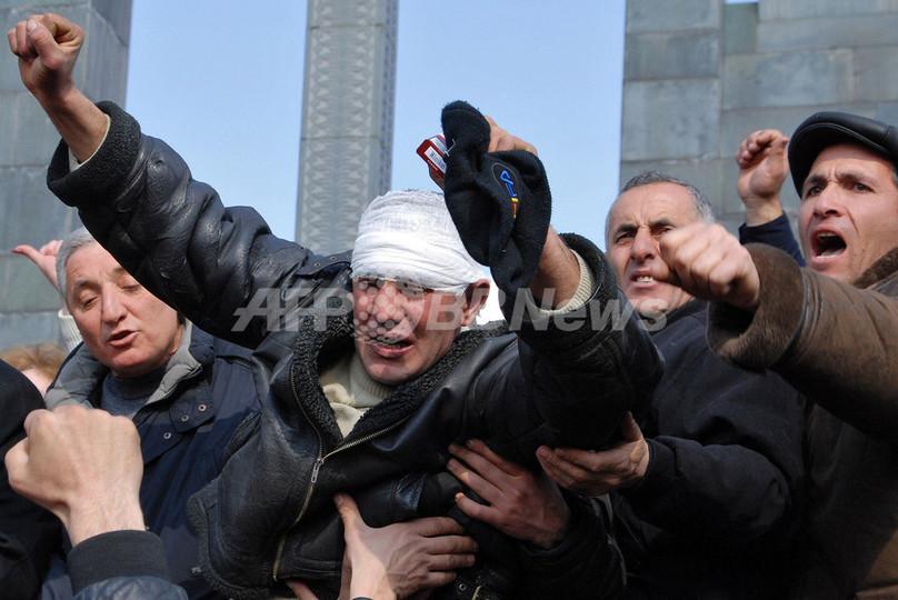 アルメニアで非常事態宣言、警察部隊と野党支持者が衝突