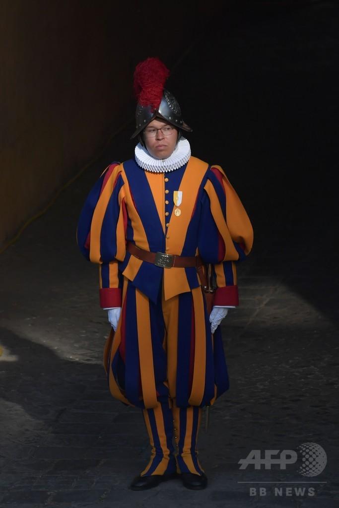 ローマ法王を命がけで守る、スイス衛兵の新兵が宣誓式 バチカン