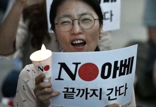 韓国で日本政府への抗議デモ、ろうそくを手に「ノー・アベ」