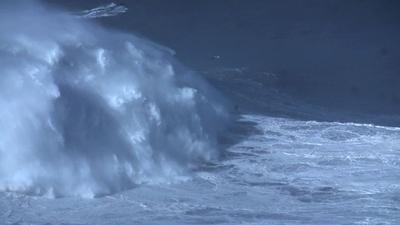動画:ブラジル人サーファー、24m超の巨大波乗り世界記録樹立
