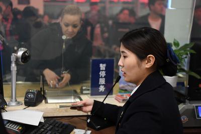 4か国語駆使して窓口さばく中島さん 高速鉄道の「上級通訳官」 湖南省