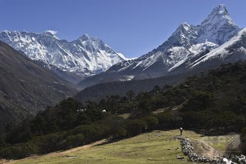 エベレストで日本人ハイカーら2人死亡 下山途中に高山病発症か