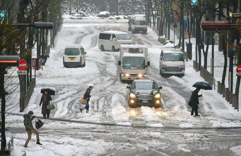 日本の広い範囲で大雪、交通乱れ事故相次ぐ