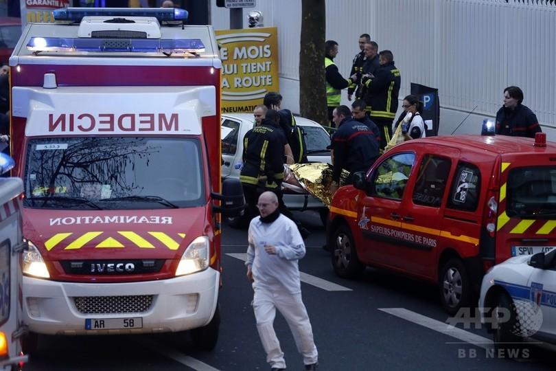 パリ郊外で男が発砲、女性警官1人死亡