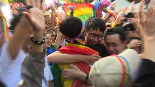 動画:台湾、同性婚認める法案を可決 アジア初