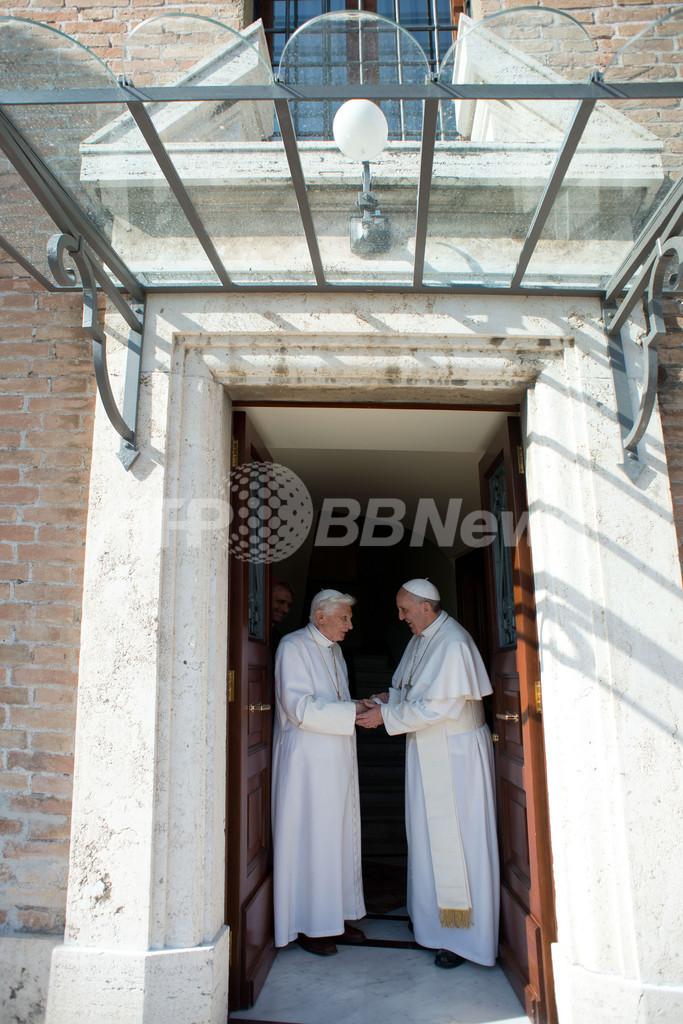 前法王がバチカンに帰国、フランシスコ法王も出迎え