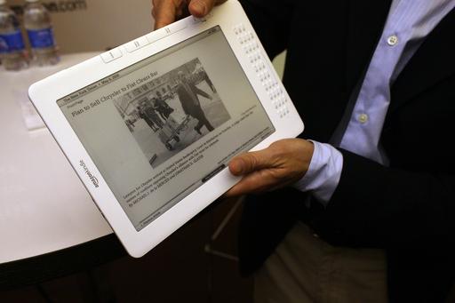 米アマゾンの読書端末「キンドル」、最新モデルは新聞・雑誌も読める大画面