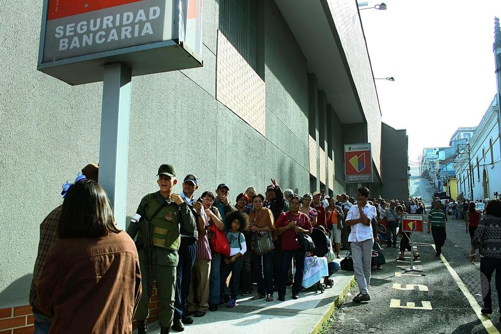紙幣流通停止のベネズエラ、新札届かず混乱広がる 国境封鎖延長
