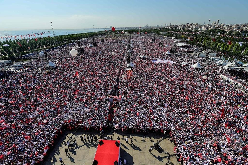 トルコ野党が「正義の行進」 イスタンブールに数十万人終結