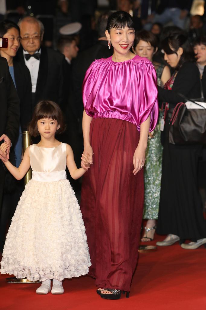 「ルイ・ヴィトン」のドレスを身に纏いレッドカーペットに登場!