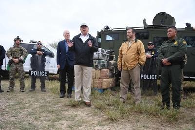 トランプ氏、メキシコとの国境を訪問 壁の必要性訴え