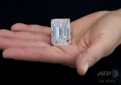 100.2カラットの「完璧」な大型ダイヤ、26億円超で落札