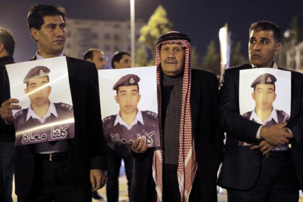 UAE、対「イスラム国」空爆参加を停止 ヨルダン操縦士拘束受け