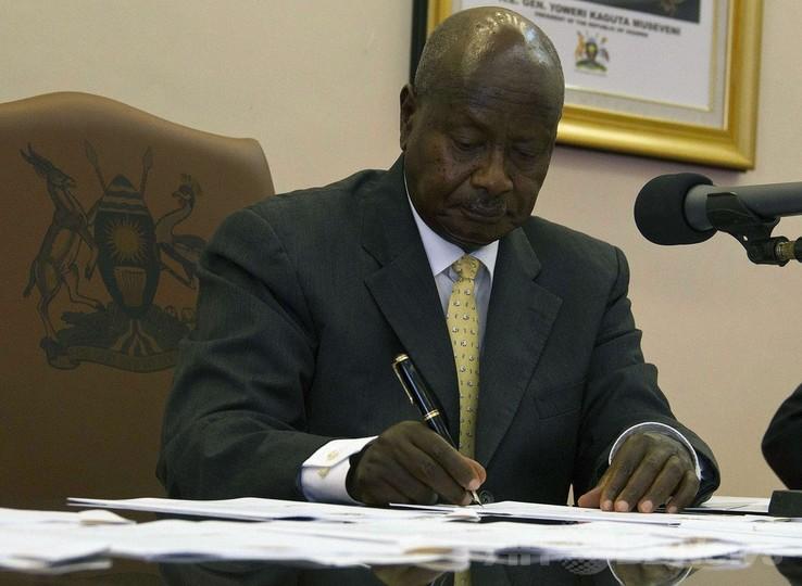 ウガンダ大統領、反同性愛法案に署名 欧米の批判顧みず