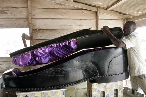 あなたは靴型、クジラ型?ガーナで個性的な特注棺おけが人気