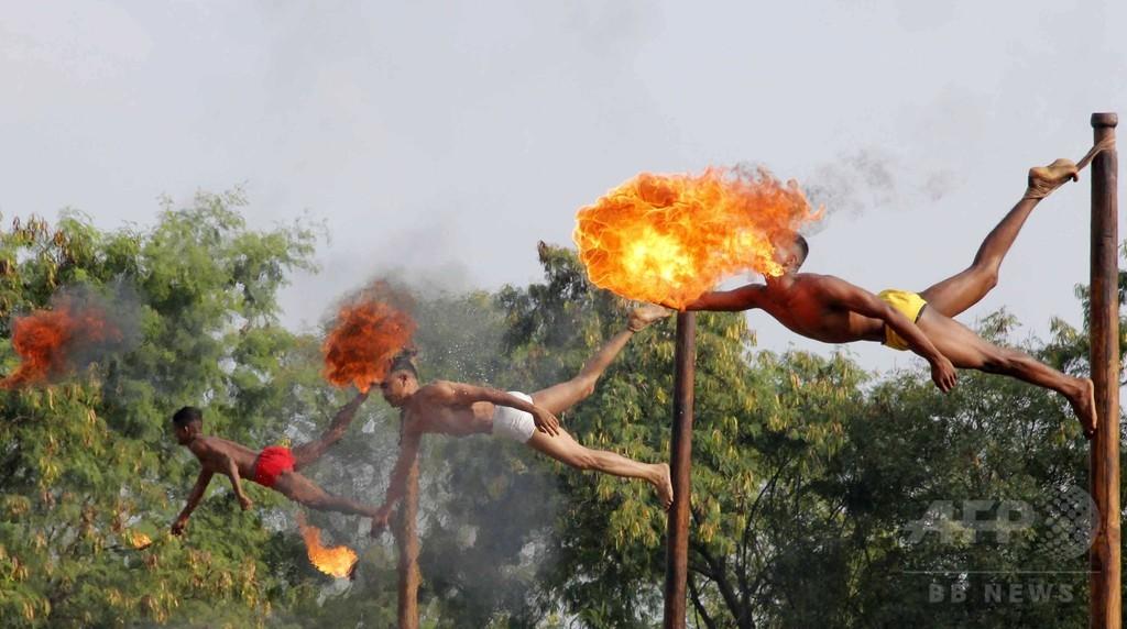 中国との合同演習前に火吹きの技を披露、インド兵ら