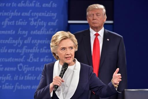 トランプ氏は「民主主義と私たちの未来に対する脅威」、クリントン氏