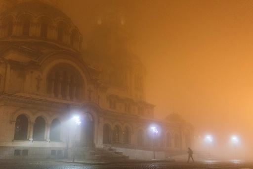 町を覆う濃いスモッグ、大気汚染が「非常に有害」レベルに ブルガリア