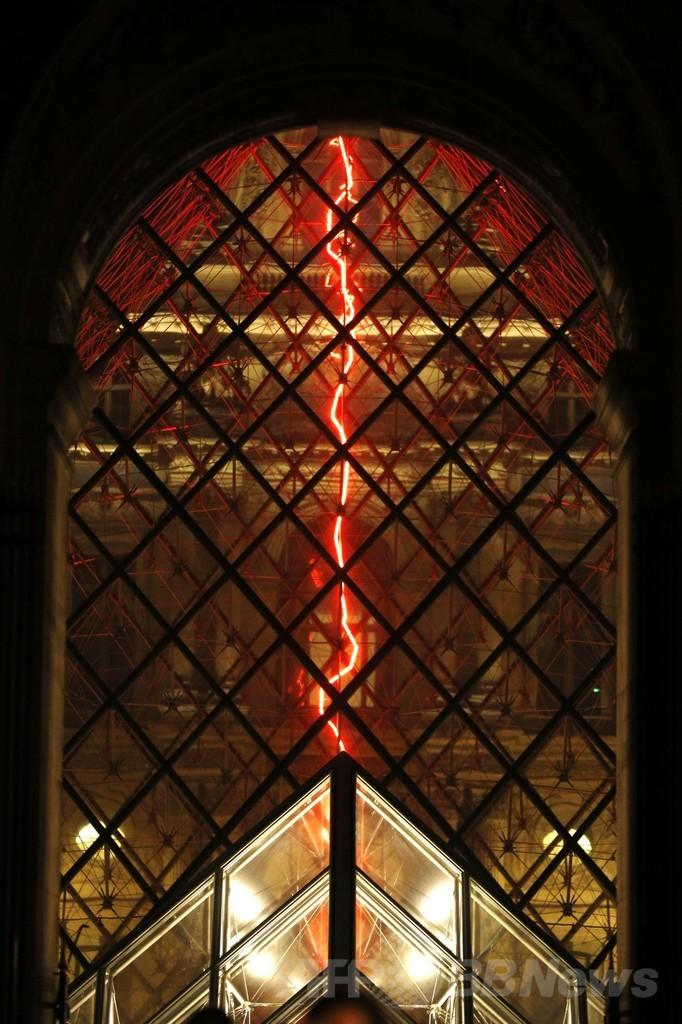 空間切り裂く赤いネオン、ルーブル美術館