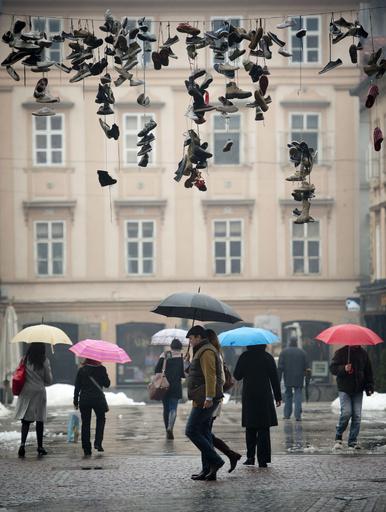宙にぶら下がる靴たち、スロベニア