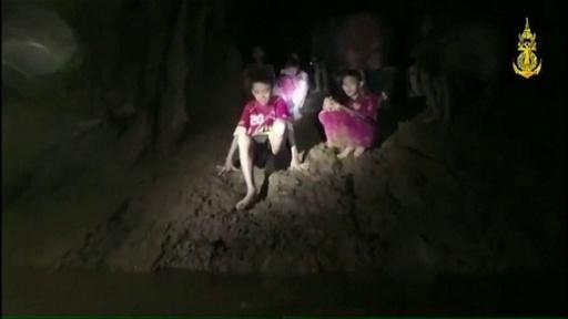 動画:タイ洞窟内で痩せ細った少年ら 発見の瞬間