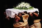 ロムー氏のトンガ式葬儀が執り行われる
