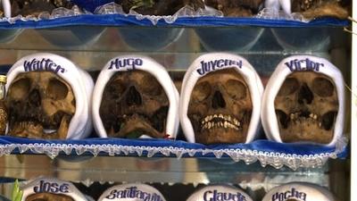 動画:ボリビアの「魔女」、自宅に頭蓋骨73個ずらり 信者の健康願い