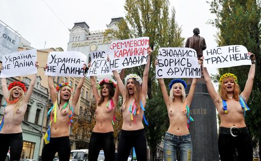 トップレスで露首相の訪問に抗議、ウクライナ