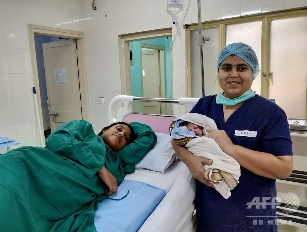 大洪水のインド南部、救出ヘリ内で妊婦が産気づく