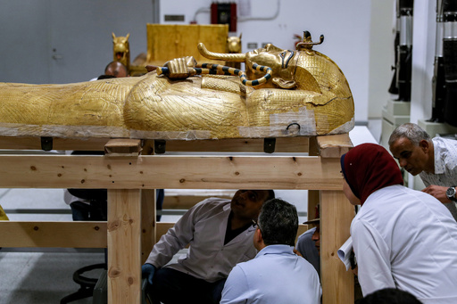 ツタンカーメン王のひつぎ、修復作業進む エジプト
