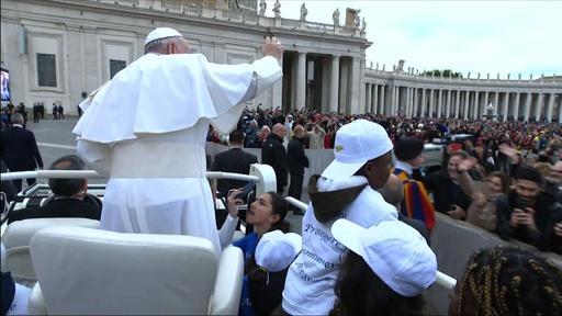 動画:ローマ法王、リビアから救出された子ども乗せて一般謁見