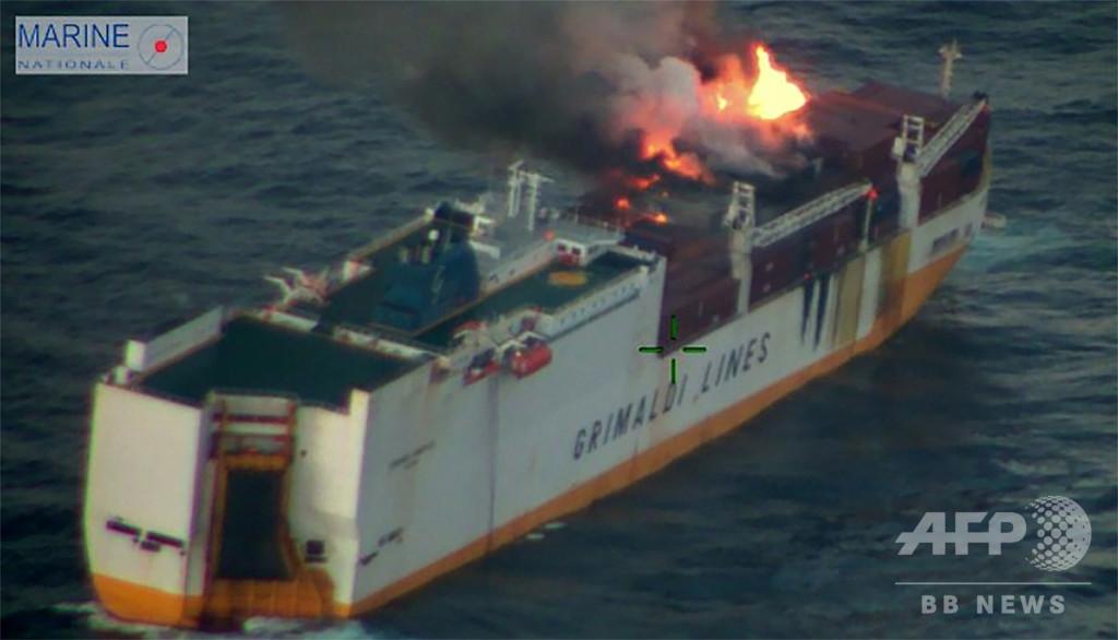 イタリアの貨物船がフランス沖で沈没、火災消し止められず