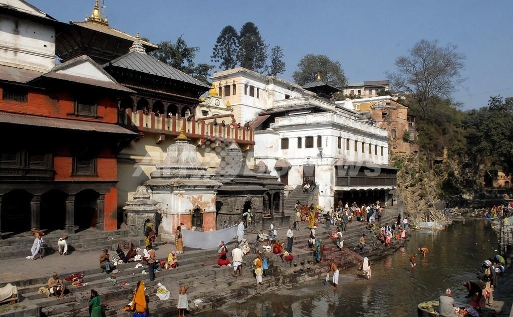 ネパール最古のヒンズー教寺院、いちゃつく男女に罰金