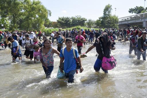 メキシコ国境警備隊、川越え試みた移民集団を催涙弾で撃退