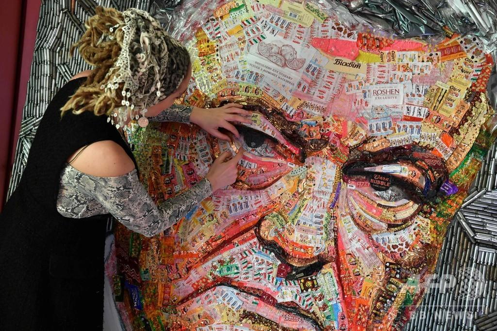 「チョコレート王」ポロシェンコ大統領の肖像画、チョコの包み紙で制作 ウクライナ