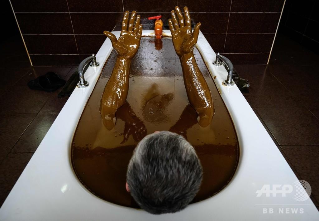 原油風呂で療養、「とても気持ちいい」 アゼルバイジャン
