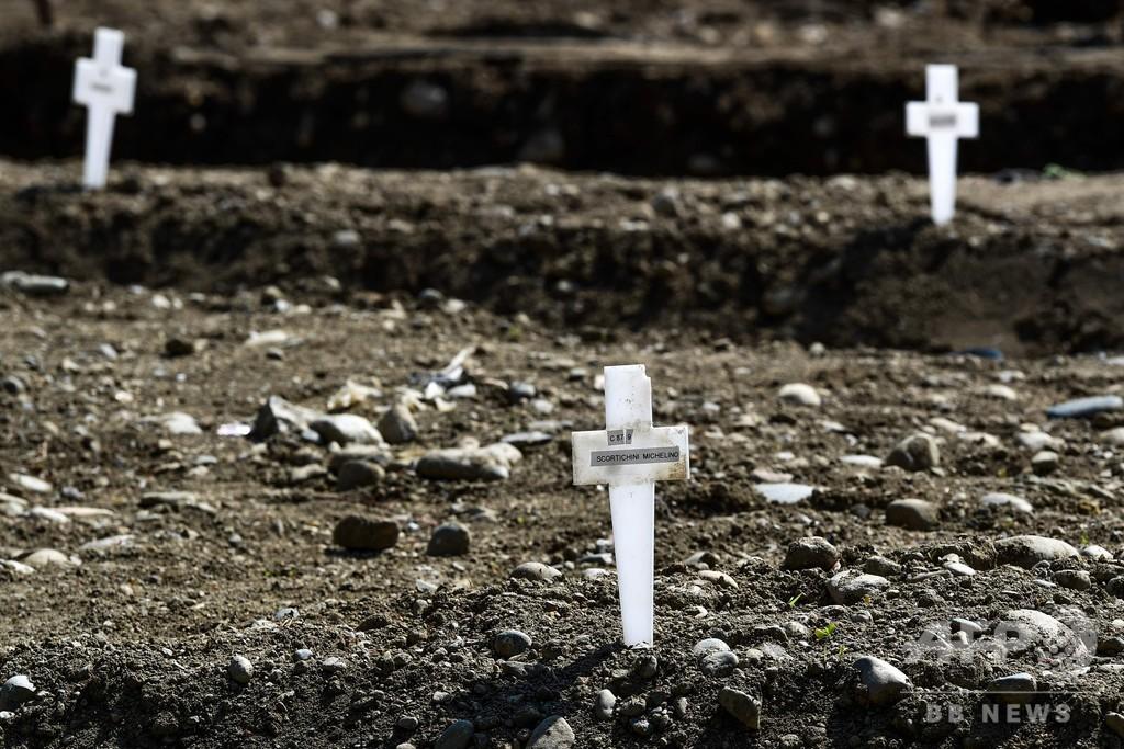 ミラノに並ぶ小さな十字架 引き取り手のない遺体が眠る場所